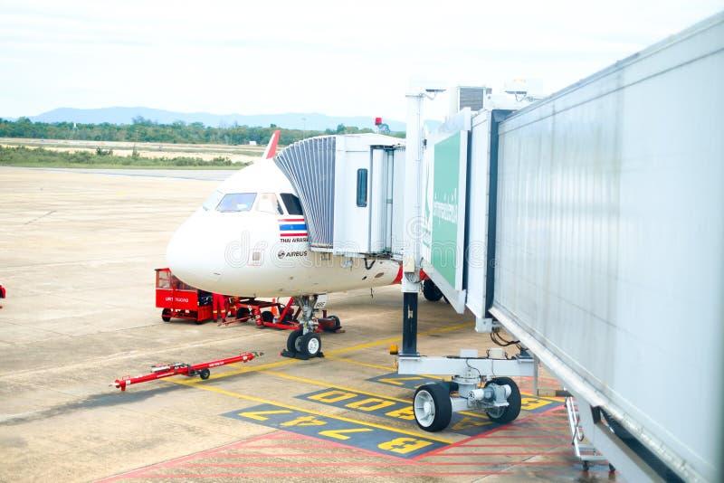 SURAT THANI /THAILAND- 18 DE MAIO: Embarcadouro dos aviões de AirAsia em Surat imagens de stock royalty free