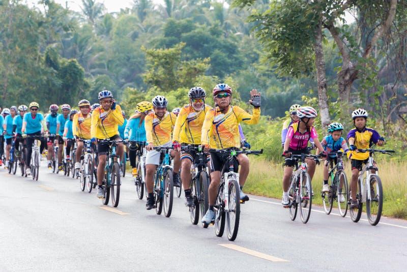 SURATTHANI, στις 21 Ιουνίου της ΤΑΪΛΑΝΔΗΣ â€ «: Εκστρατεία τουρισμού ποδηλάτων για το trav στοκ εικόνα με δικαίωμα ελεύθερης χρήσης