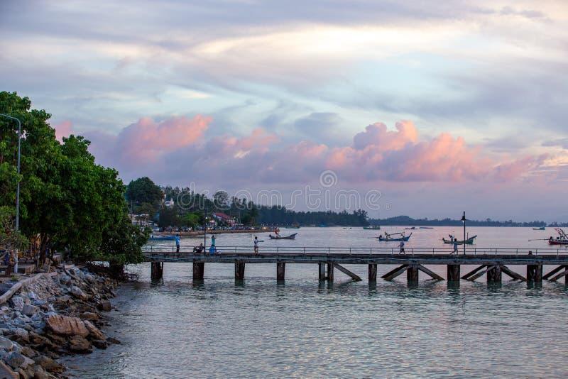 Suratthani, Thailand - 15. November 2018: Leute trainieren auf der Brücke, dem Hafen, dem Abend, dem hellen Himmel und vielen lizenzfreie stockfotografie