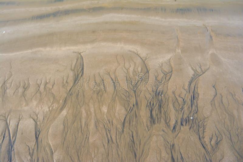 Surcos del agua en arena foto de archivo libre de regalías
