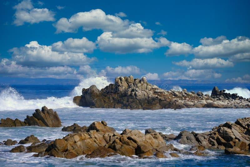 Surf Crashing on Rocks foto de stock royalty free