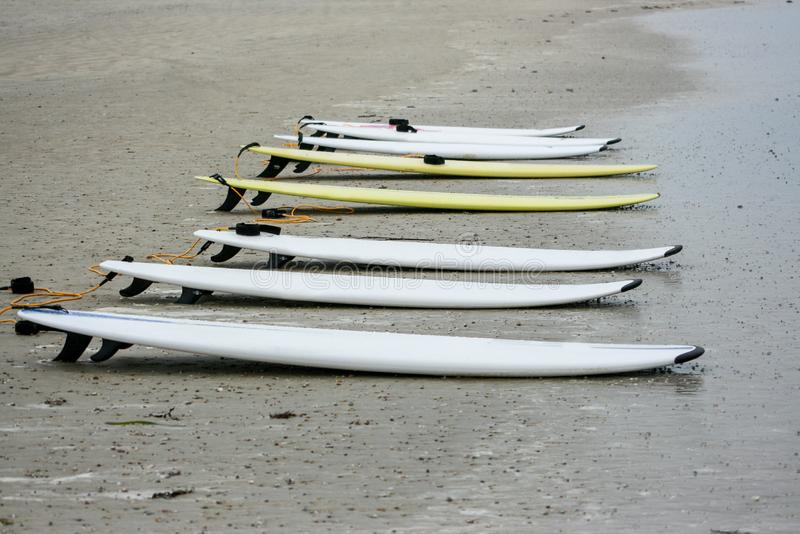 Surf in sabbia sull'oceano della spiaggia immagini stock libere da diritti