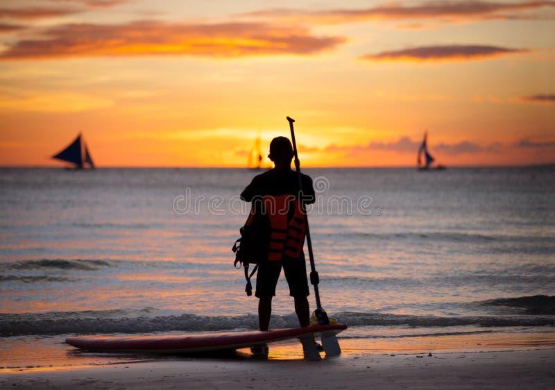 Surf seguente stante del surfista fotografia stock