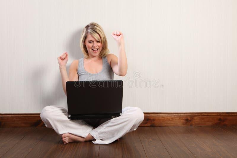 surfa barn för spännande flickainternetbärbar dator royaltyfri fotografi