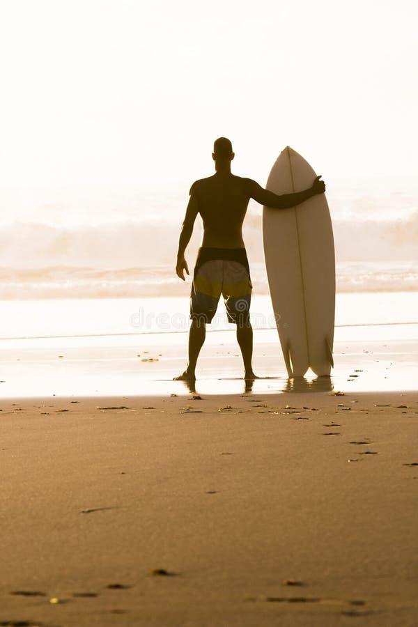 Surfa för man royaltyfri fotografi