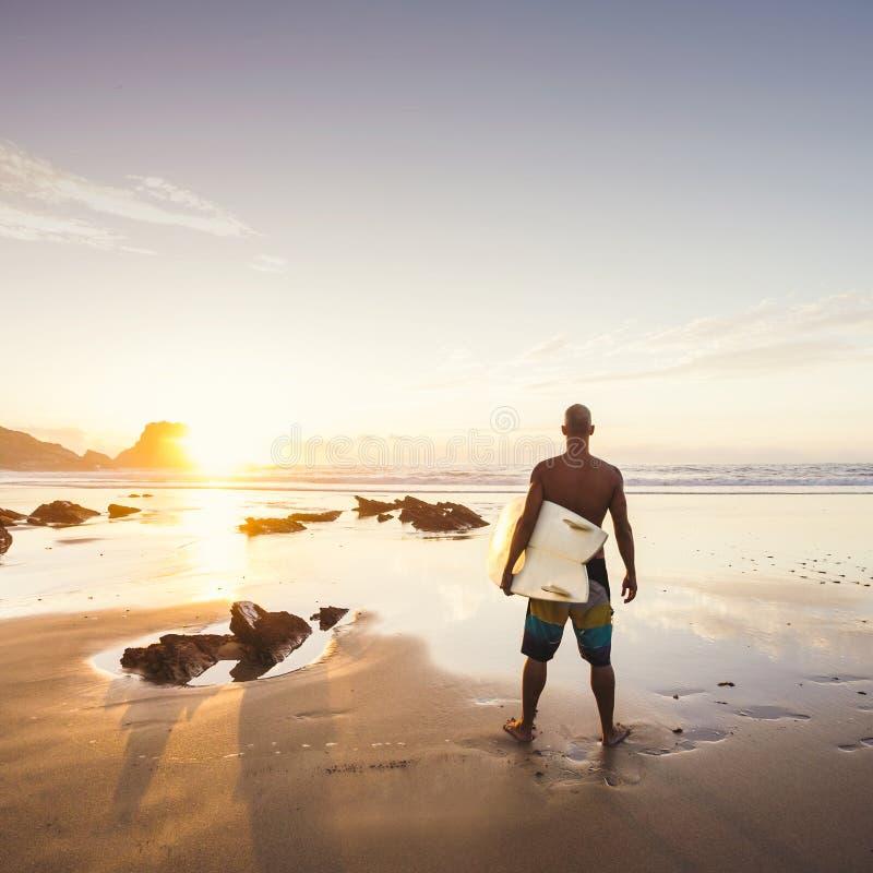 Surfa för man royaltyfria foton