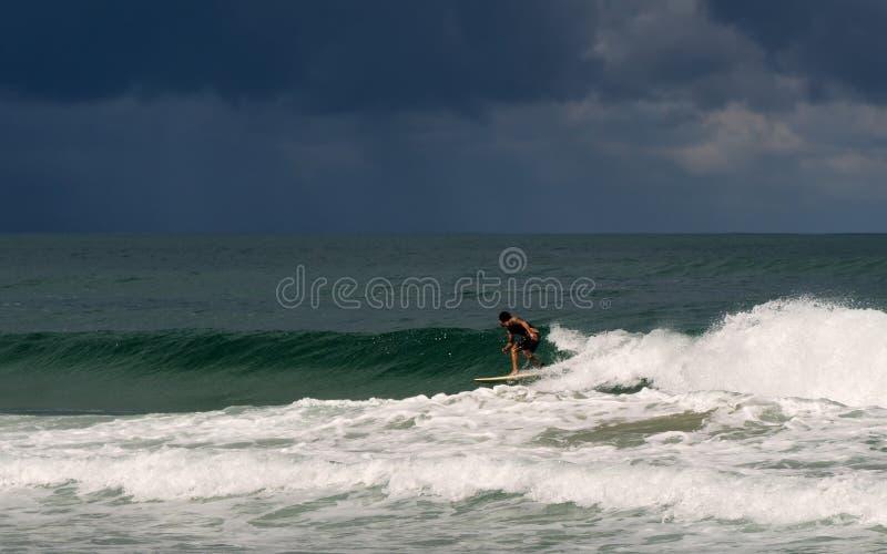 Surfa för stormen på baskisk kust royaltyfria bilder