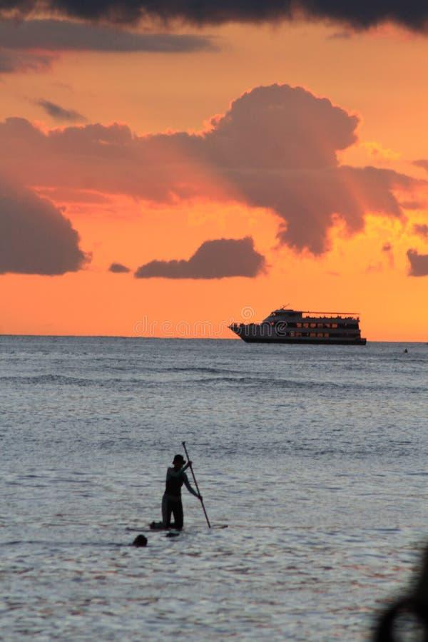Surfa hawaiansk solnedg?ng f?r stund arkivfoto