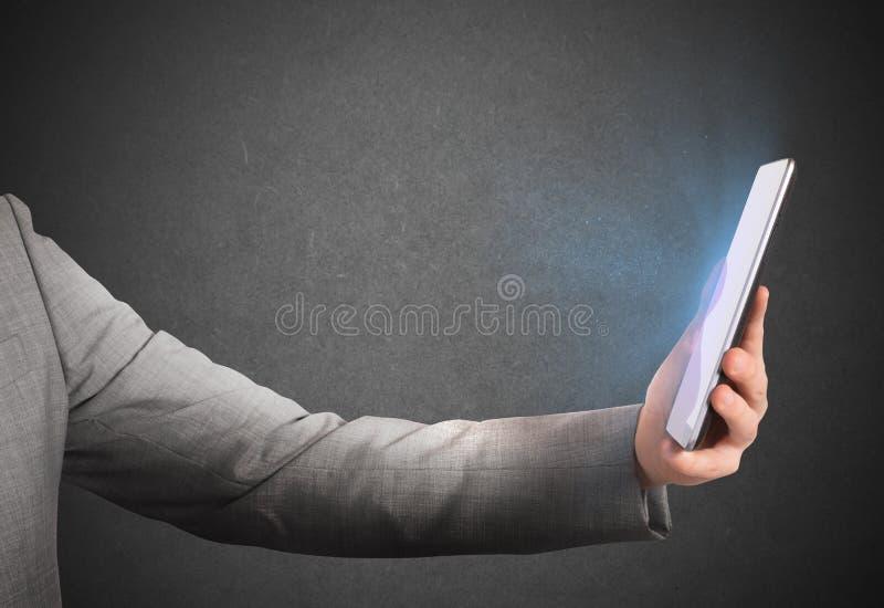Surfa internet någonstans arkivbild