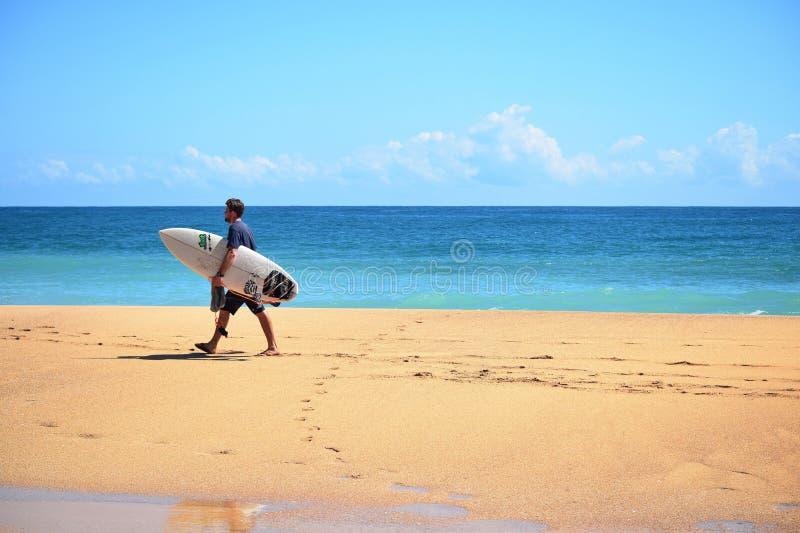 Surfa på den rättframa stranden på Bocas delToro öar Panama arkivbild