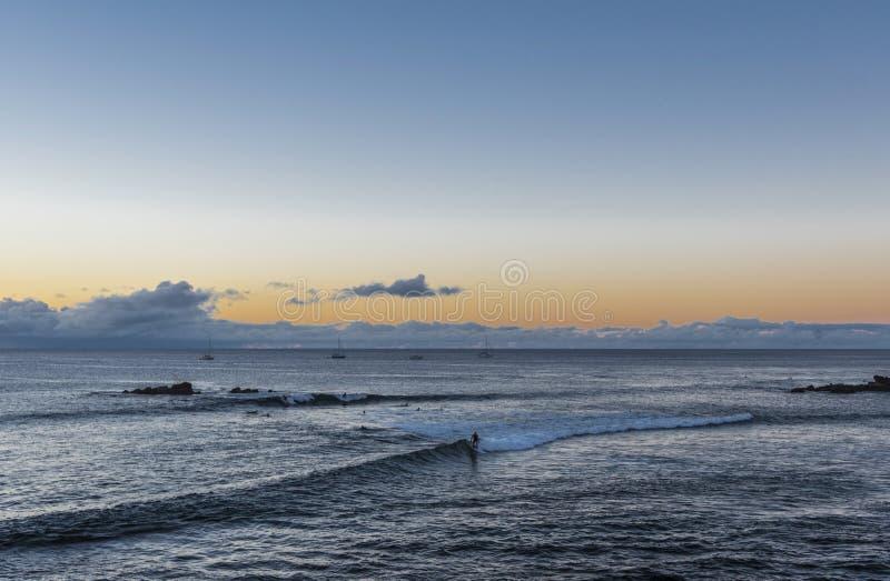 Surfa på påskön framme av Hanga Roa royaltyfria foton
