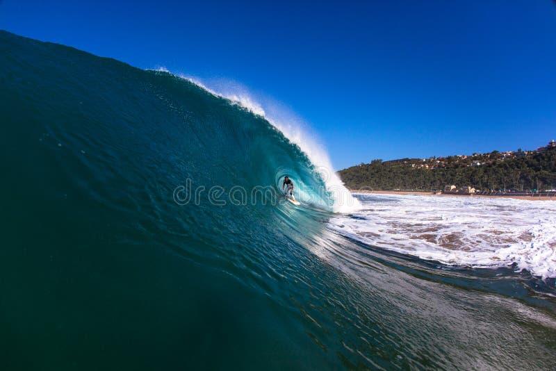 Surfa rör som rider ihåliga vinterWaves royaltyfria foton
