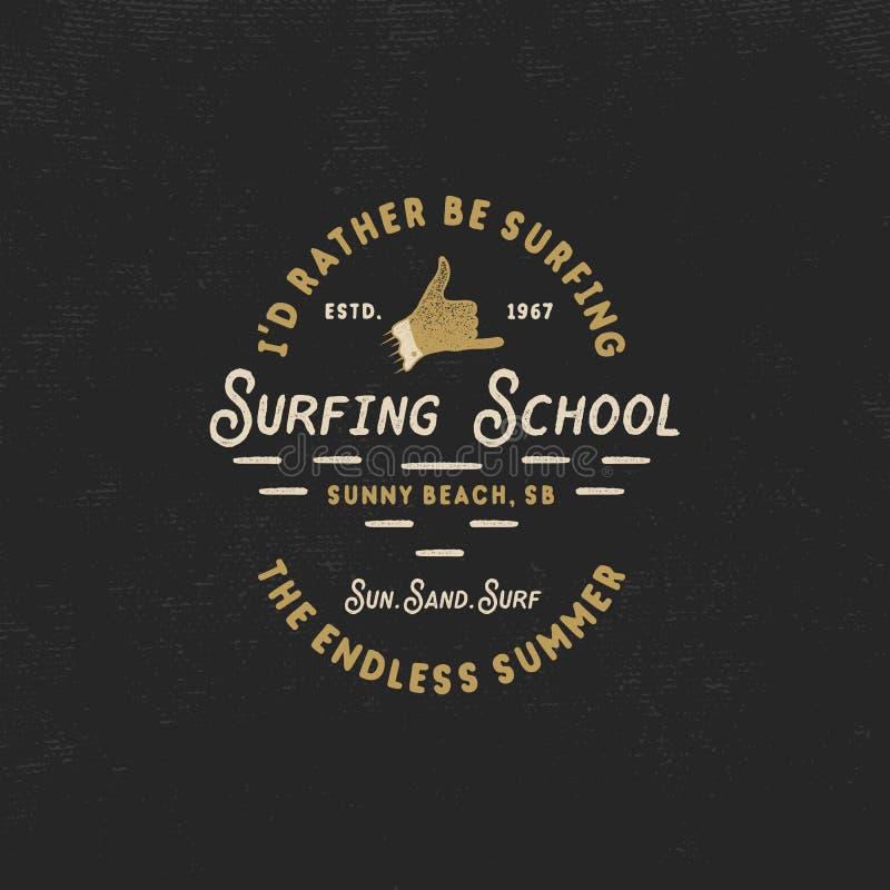 Surfa skolatappningemblemet Retro logodesign med shakatecken- och typografibeståndsdelar Materiel som isoleras på mörkt gammalt royaltyfri illustrationer