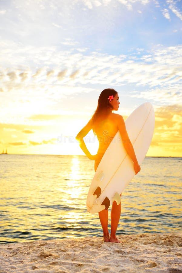 Surfa surfareflickan som ser havet, sätta på land solnedgången arkivbild