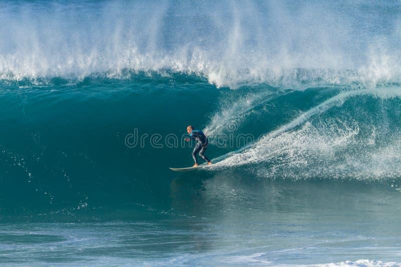 Surfa surfarevågen arkivfoto
