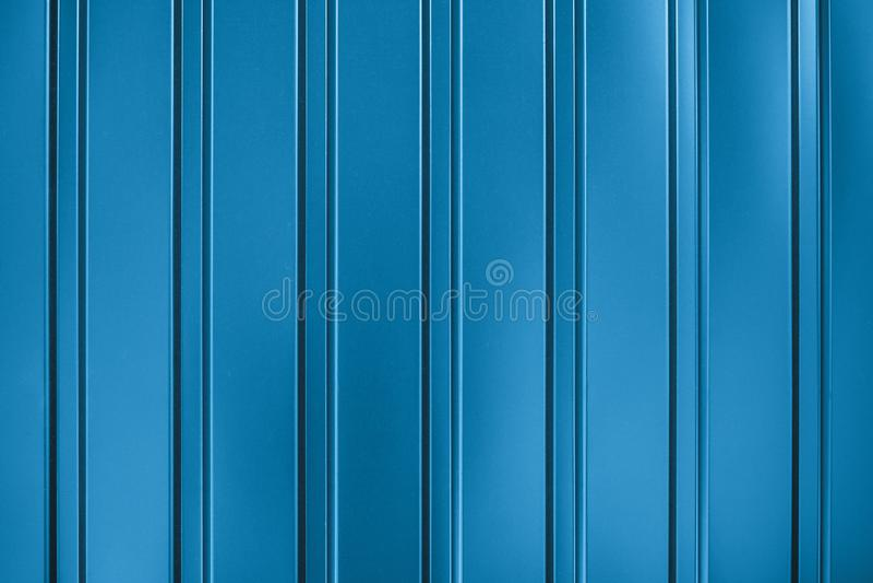 Surface à rayures métalliques bleues. Barrage de paroi métallique. Dessin de clôture avec éclat. texture de la paroi du conve image libre de droits