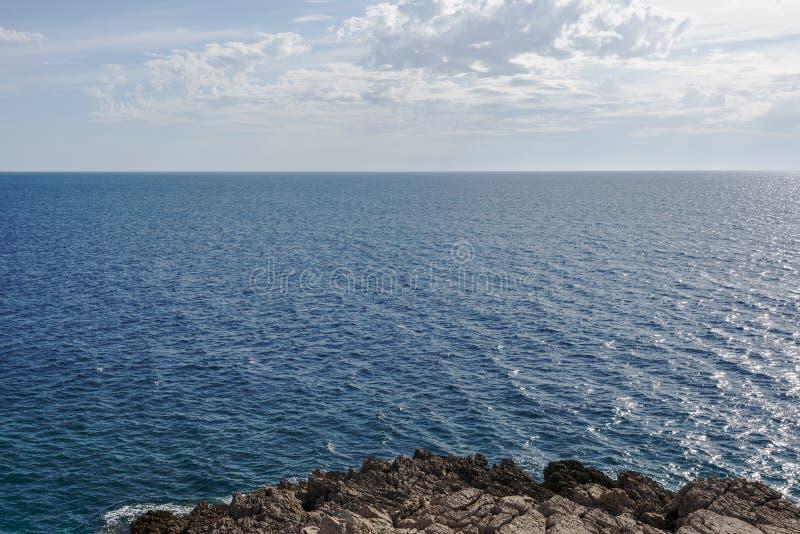 Surface calme de mer et ciel bleu de nuage horizon Baie Gertsegnovska en Adriatique photos stock