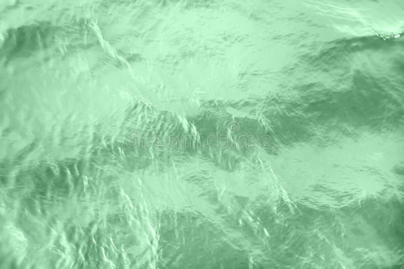 surface color?e en bon ?tat calme d'eau de rivi?re photographie stock libre de droits