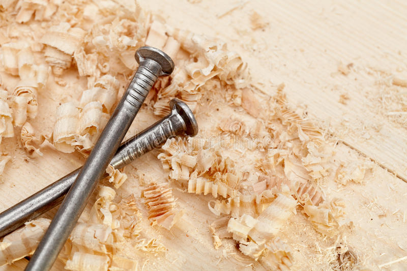 Surface, copeaux et clous en bois image stock