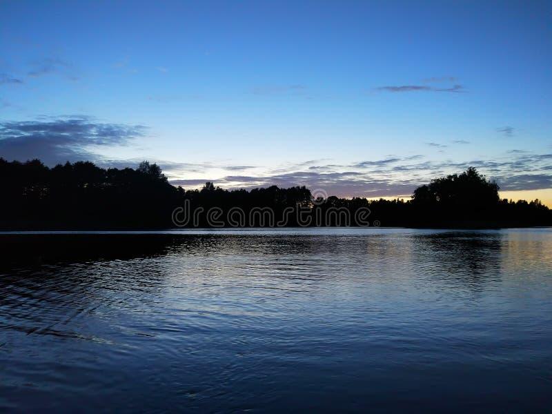 Surface de lac à la soirée en Lettonie, l'Europe est Paysage avec l'eau et la forêt images libres de droits