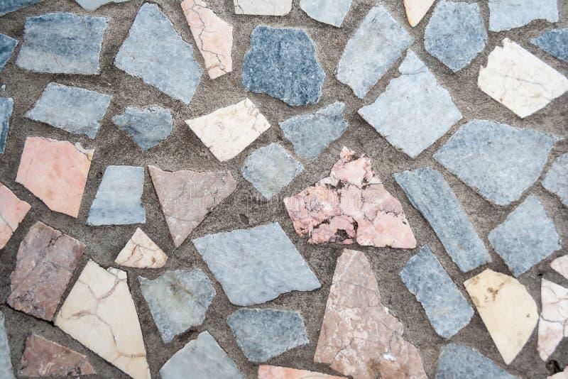 Surface en b?ton avec les corrections multiples de grandes pierres color?es images stock