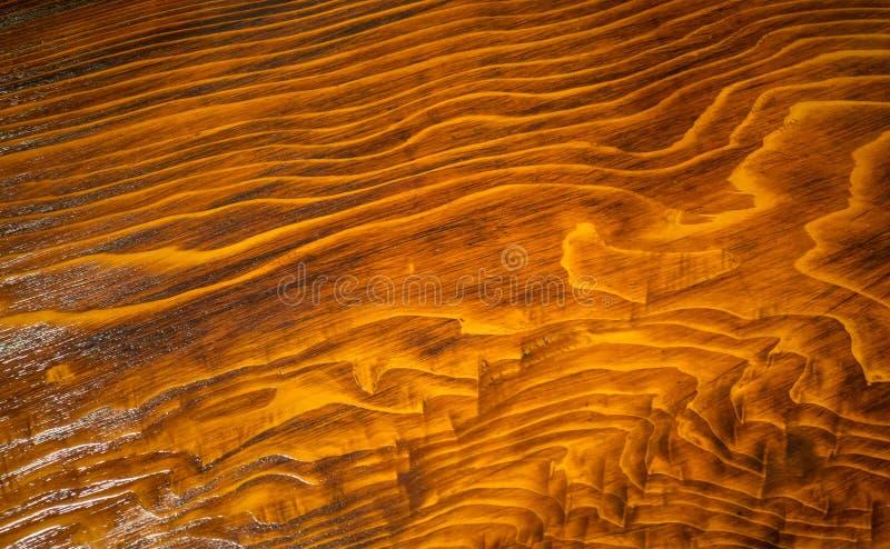 Surface en bois brillante de brun foncé pour le fond de texture photos libres de droits