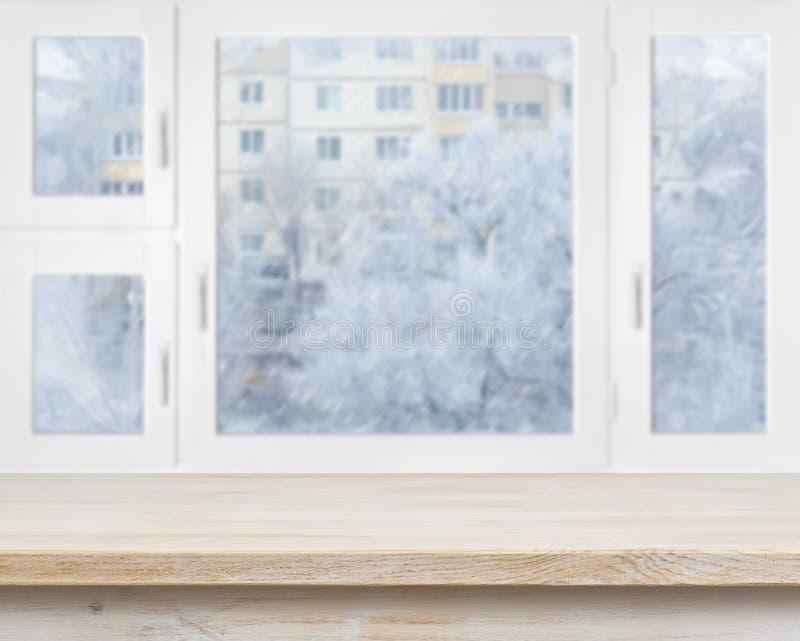 Surface en bois de table au-dessus de fond givré de fenêtre photo stock