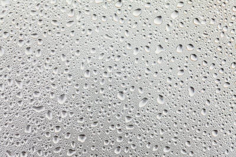 Surface métallique couverte dans des baisses de l'eau images stock