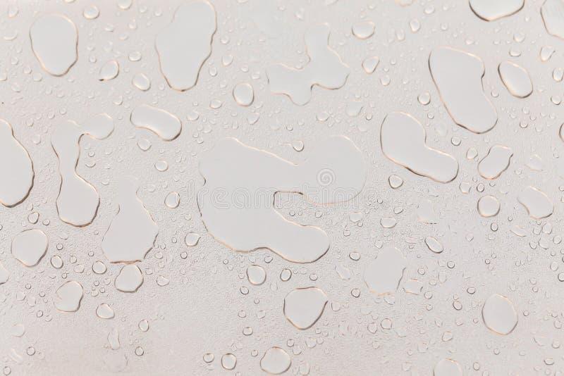 Surface métallique couverte dans des baisses de l'eau photos stock
