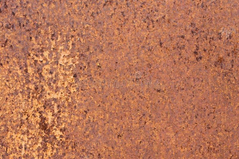 Surface métallique texturisée jaune-rouge rouillée La texture du feuillard est à oxydation et à corrosion enclines grunge images stock