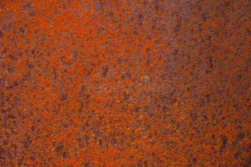 Surface métallique texturisée jaune-rouge rouillée La texture du feuillard est à oxydation et à corrosion enclines grunge photo stock
