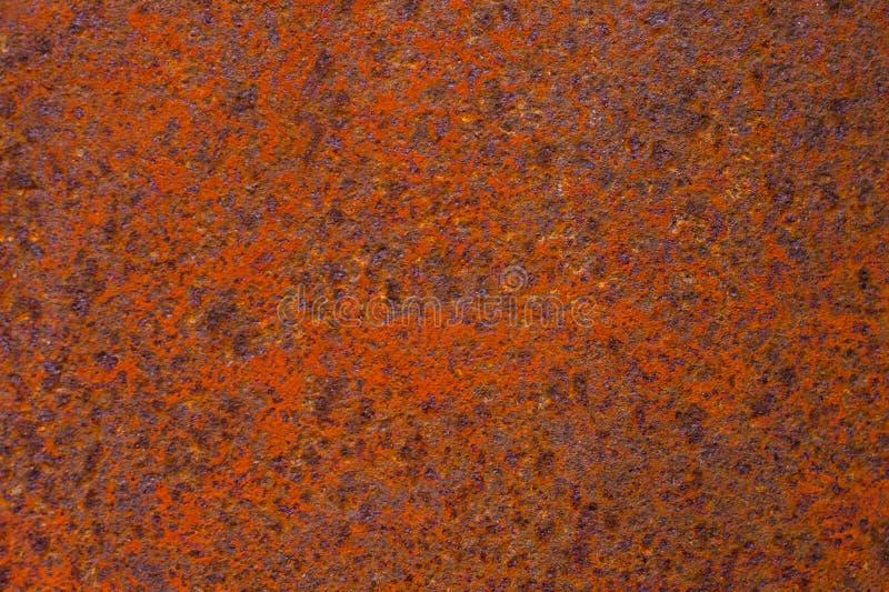 Surface métallique texturisée jaune-rouge rouillée La texture du feuillard est à oxydation et à corrosion enclines grunge images libres de droits