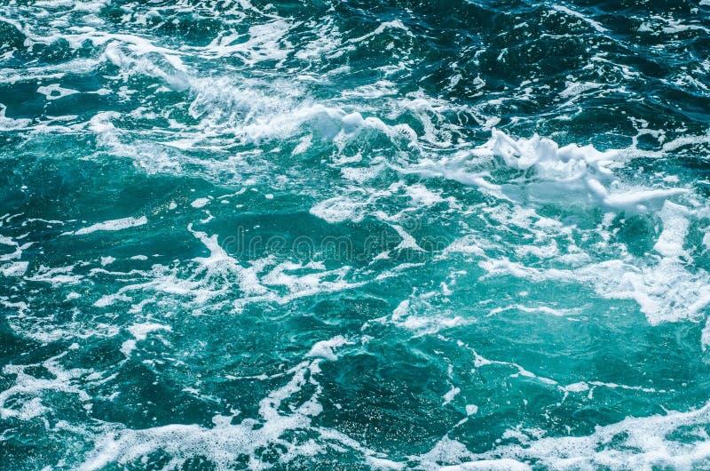 Surface mousseuse azurée de la mer photos stock