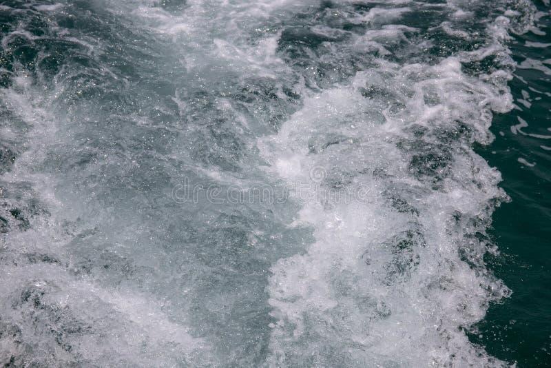 Surface mousseuse d'eau de mer Photo marine de queue de bateau de voyage Traînée de canot automobile avec la mousse et l'éclabous photographie stock libre de droits