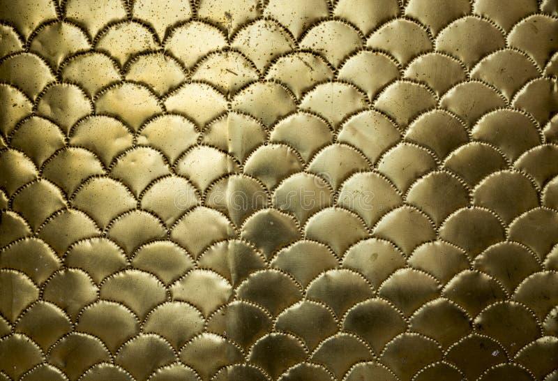 Surface onduleuse métallique d'or images libres de droits