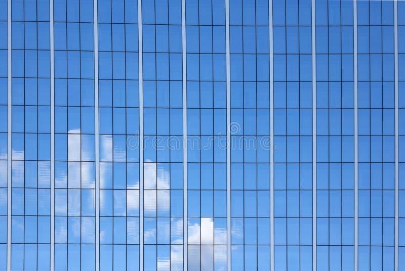 Surface vitrée avec réflexion dans les centres d'affaires des districts photographie stock libre de droits