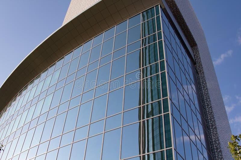 Surface vitrée avec réflexion dans les centres d'affaires des districts photo stock
