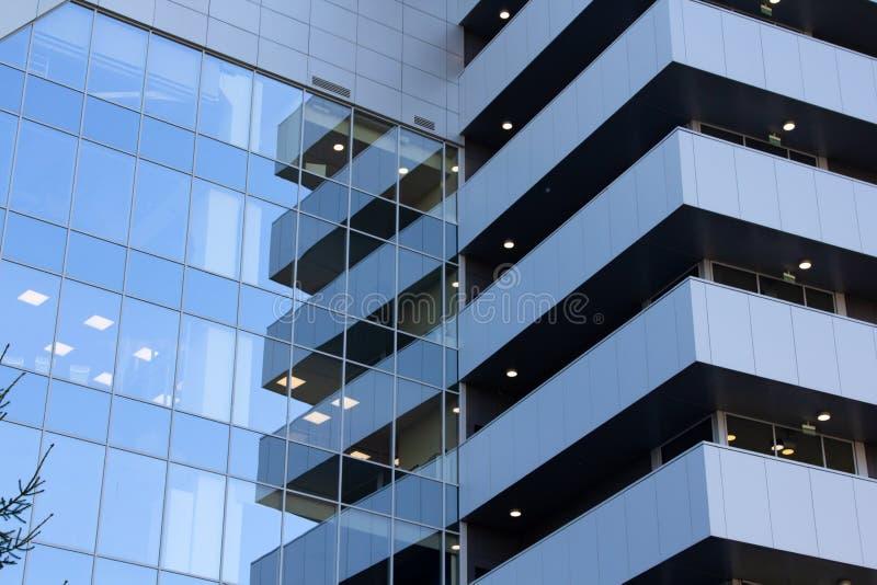 Surface vitrée avec réflexion dans les centres d'affaires des districts photos stock