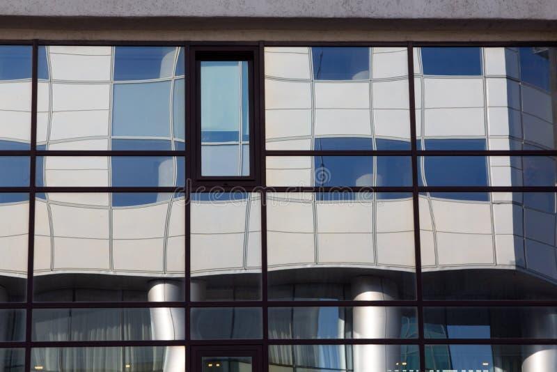Surface vitrée avec réflexion dans les centres d'affaires des districts image stock