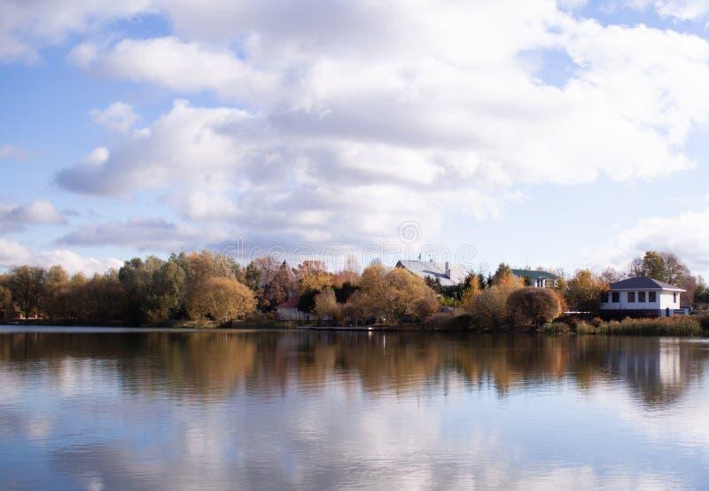 Surface vitreuse de l'eau, nuages de réflexion dans l'eau photographie stock libre de droits
