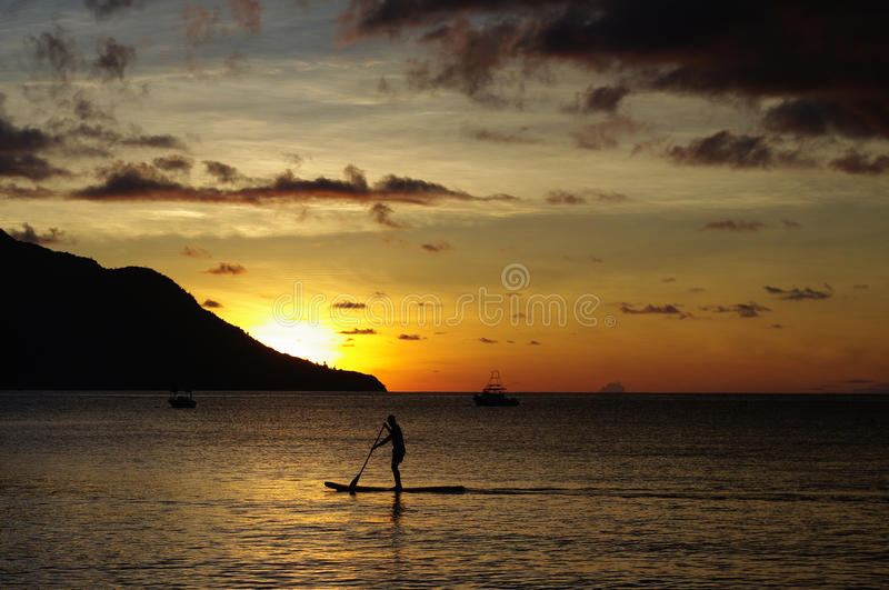 Surfando no pôr-do-sol, Beau Vallon, Seychelles fotografia de stock