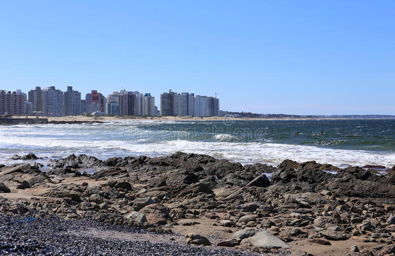 Surfant devant Punta del Este, l'Uruguay en avril 2017 images stock