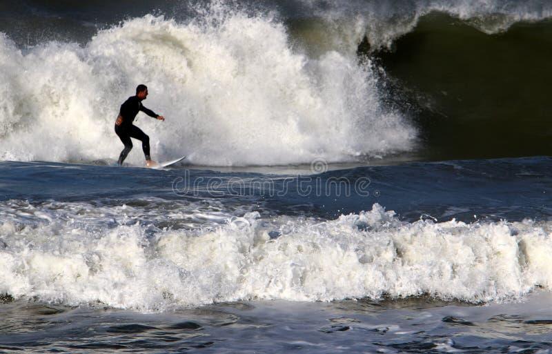 Surfar - equitação em uma onda em placas claras especiais imagem de stock royalty free