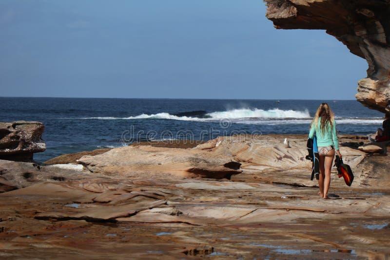 Surfar indo da menina da praia-Um de Cronulla fotografia de stock royalty free