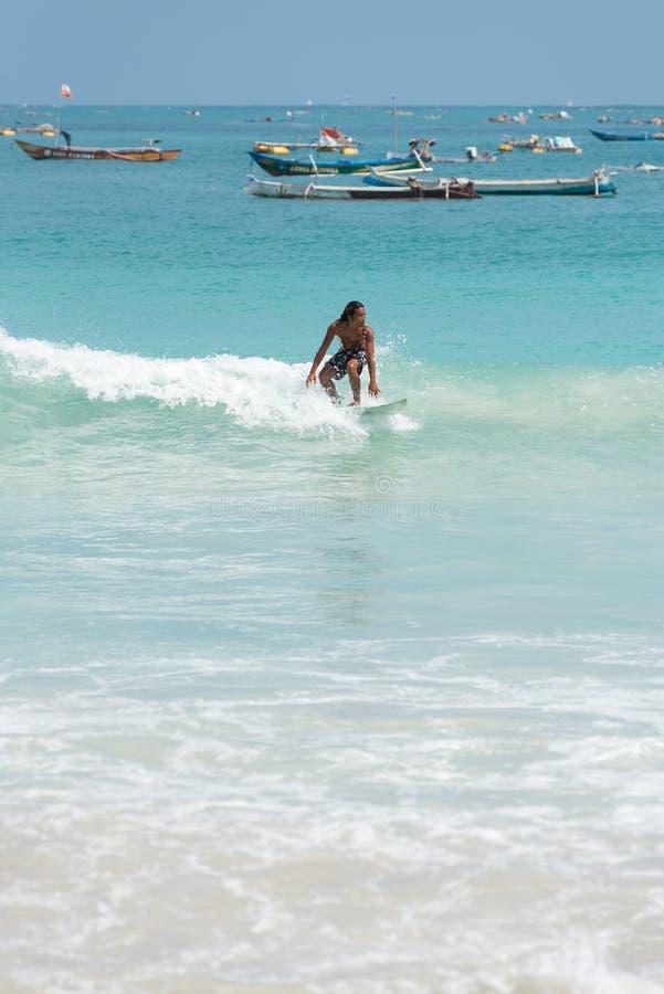 Surfar local no paraíso foto de stock royalty free