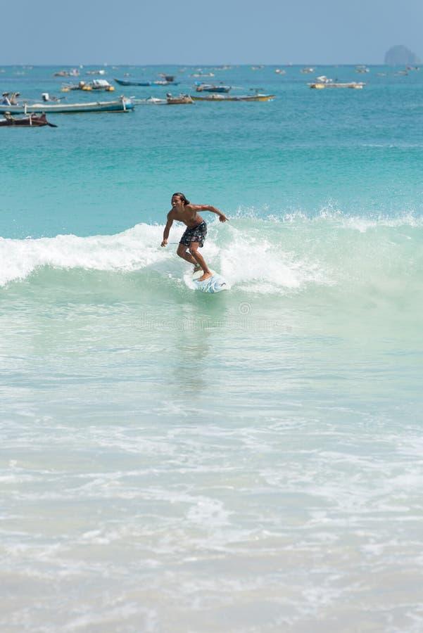 Surfar local no paraíso fotos de stock royalty free