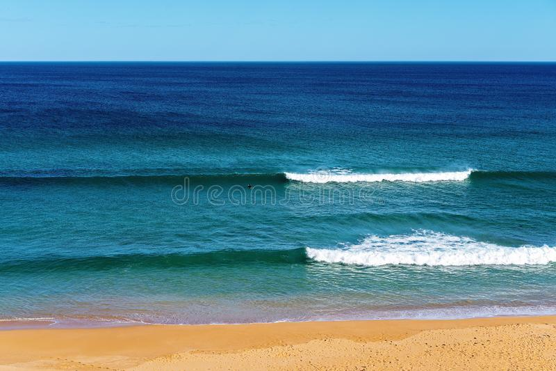 Surfar na praia Austr?lia de Logan foto de stock royalty free