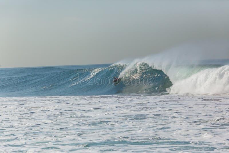 Surfare Bodyboarder som surfar vågen royaltyfri bild