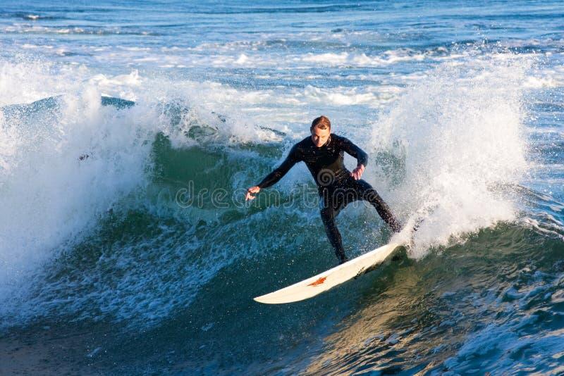 Surfare Chris Sanders Surfing på ångaregränden Kalifornien royaltyfria bilder