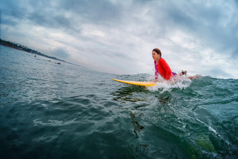 Surfare för ung dam royaltyfri foto